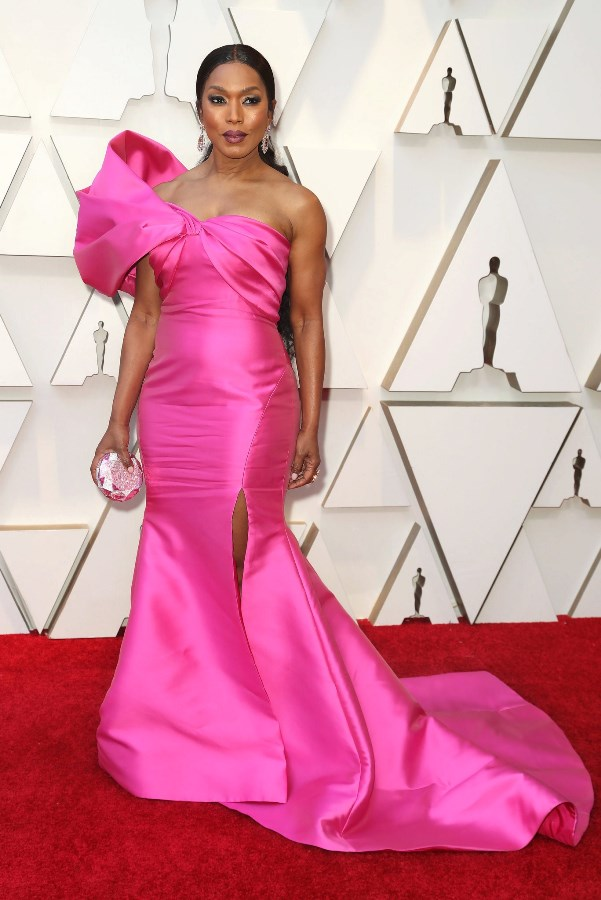 91670eebf16a Έντονο ροζ με έναν ώμο και υπερμεγέθη φιόγκο διάλεξε να φορέσει και η  Angela Basset